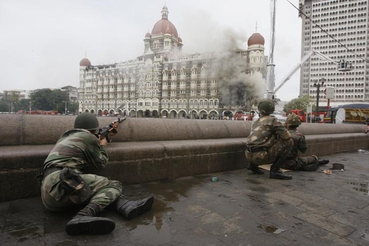 Trois jours après le début des attaques coordonnées qui ont... (Photo: Reuters)
