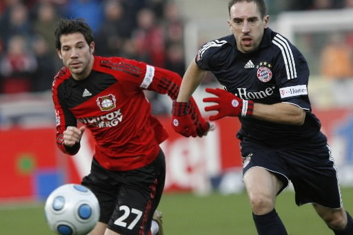 Gonzalo Castro défie le gardien du Bayern Munich,... (Photo: AP)