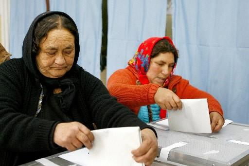 Les Roumains votaient dimanche lors d'élections législatives... (Photo: AP)
