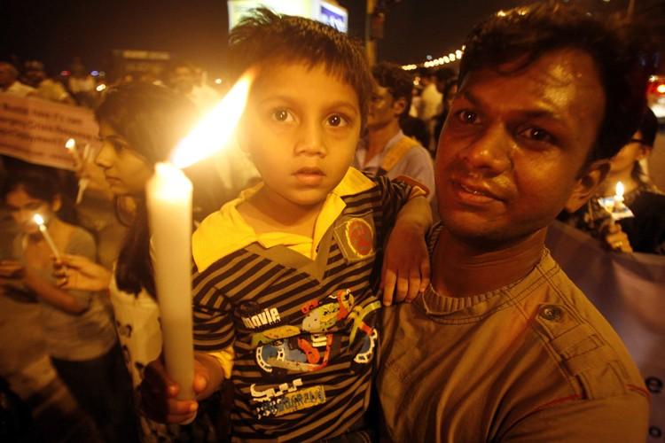 Des Indiens ont tenu un vigile en mémoire... (Photo: Reuters)