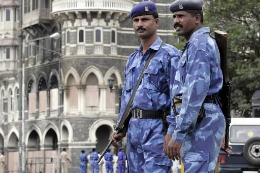 Des policiers montent la garde près de l'hôtel... (Photo: Reuters)
