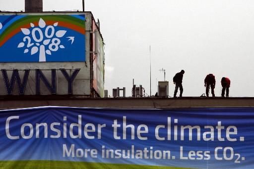 Des travailleurs ajustent une bannière en prévision de... (Photo: Reuters)