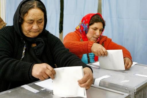 Deux Roumaines déposent leur bulletin de vote dans... (Photo: AP)