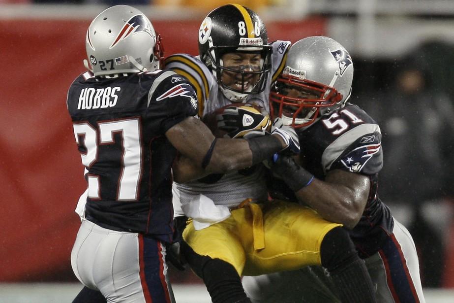 Hines Ward est arrêté par Ellis Hobbs et... (Photo: AP)