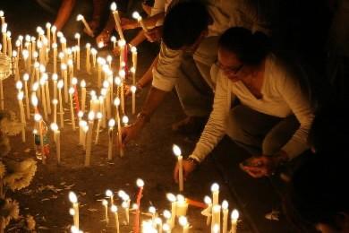 Des Indiens allument des chandelles en mémoire des... (Photo: AFP)