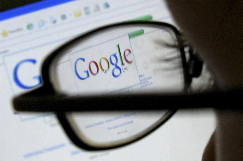 Une personne consulte Google... (Reuters)