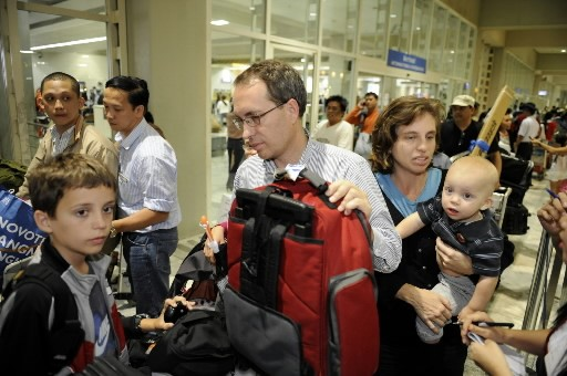 Un médecin américain et sa famille arrivent à... (Photo: AFP)
