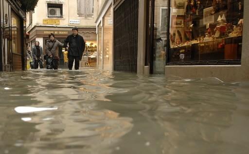 Des touristes se promènent dans Venise inondée.... (Photo: Reuters)