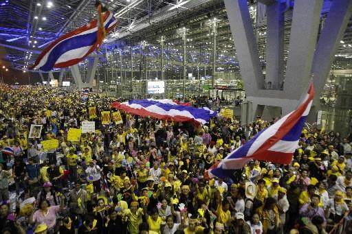 Des manifestants anti-gouvernement dans un aéroport de Bangkok.... (Photo: Reuters)