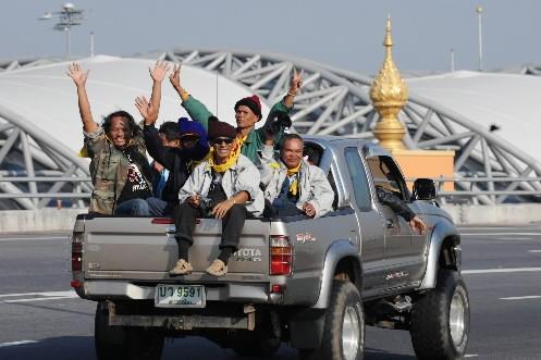 Les manifestants anti-gouvernementaux quittent l'aéroport international de Bangkok.... (Photo: AFP)