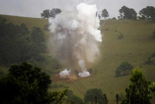 Un bombe à sous-munitions est détruit sur une... (Photo: Reuters)