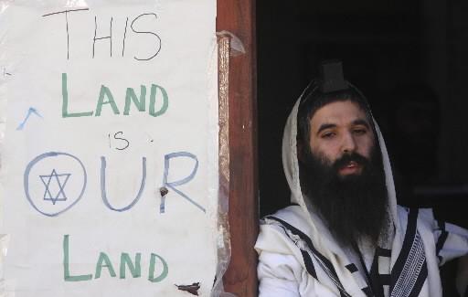 Un colon juif est installé dans le cadre... (Photo: AFP)