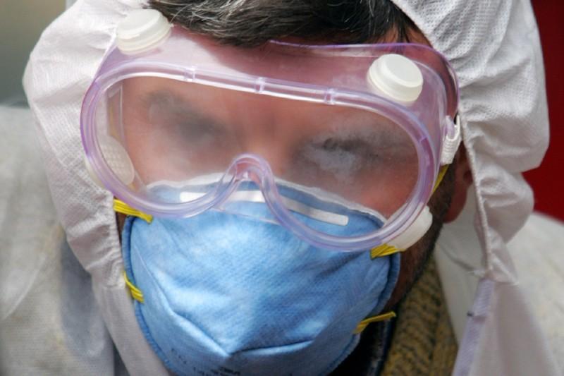 Un employé d'un hôpital vêtu d'une combinaison protectrice.... (Photo: archives Reuters)