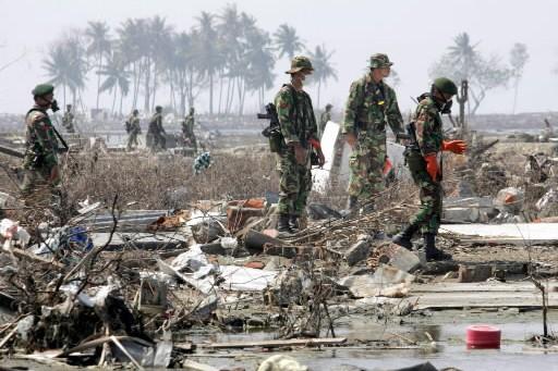 Des soldats indonésiens à la recherche des victimes... (Photo: archives Reuters)