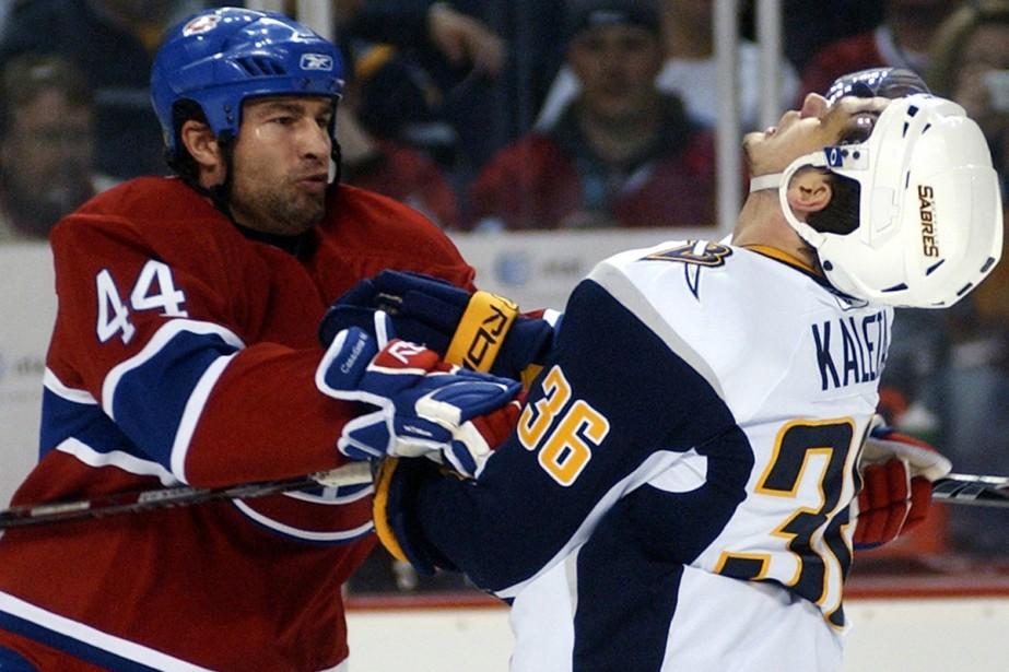 Patrick Kaleta se frotte à Roman Hamrlik.... (Photo: Reuters)