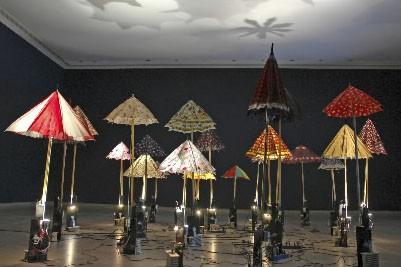 Comment fait Diane Landry pour que des parapluies... (Photo fournie par le musée de Joliette)