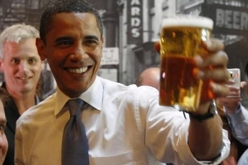 Barack Obama lève son verre au Raleigh Times... (Photo: archives Reuters)