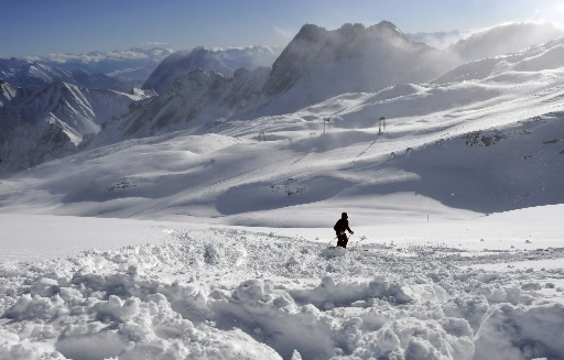 Un skieur s'amuse dans la neige... (Photo: AFP)