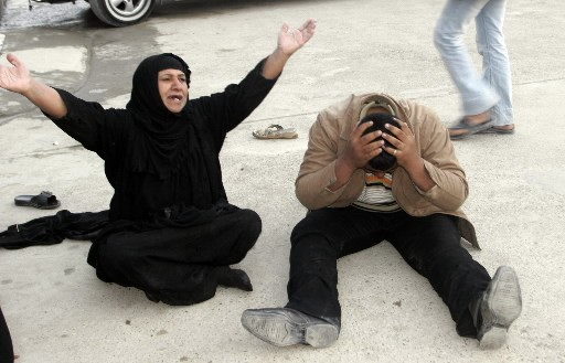 Des gens éplorés pleurent la mort de proches.... (Photo: AFP)