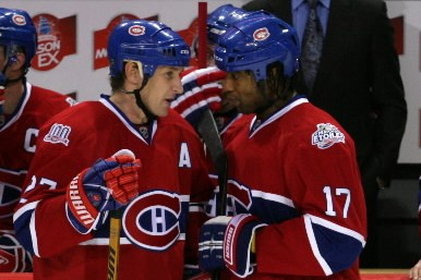 Les discussions entre Alexei Kovalev et Georges Laraque... (Photo: David Boily, La Presse)