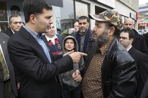 Mario Dumont s'entretient avec un électeur de l'est... (Photo: PC)