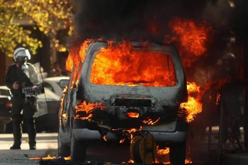 «Flics! Porcs! Assassins!» Des bandes de jeunes lapidaient lundi... (Photo: AFP)