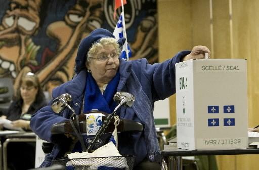 Cette dame dépose son vote au bureau de... (Photo: La Presse)