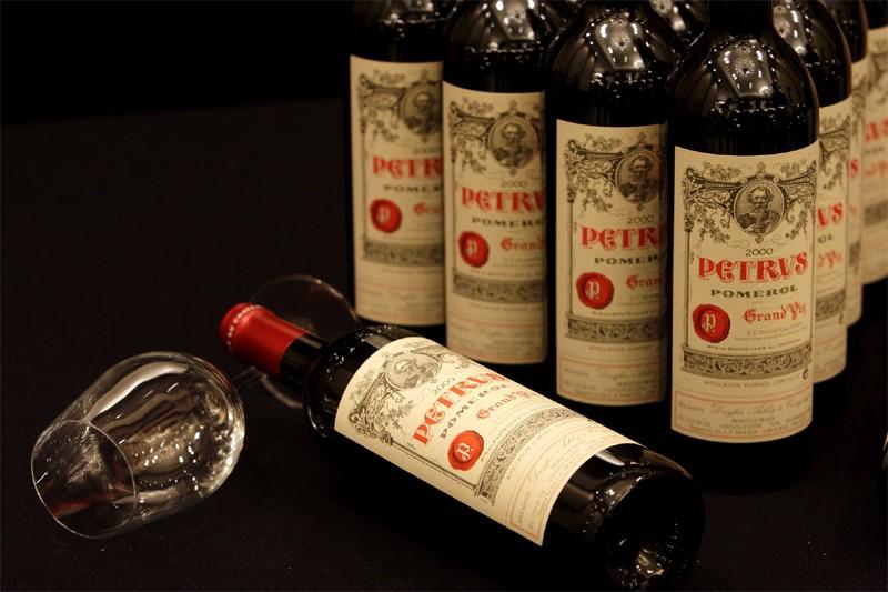 Des bouteilles de Château Petrus 2000... (Reuters)