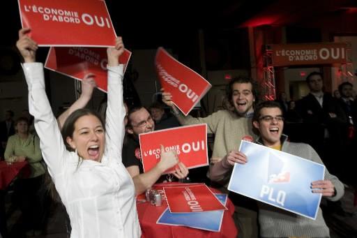 Des partisans du Parti libéral du Québec fêtent... (Photo: André Pichette, La Presse)