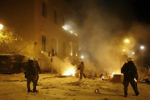 Des policiers anti-émeutes parcourent les rues agitées d'Athènes.... (Photo: AFP)