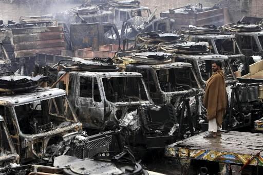Un Pakistanais regarde les camions d'approvisionnement des troupe... (Photo: AP)