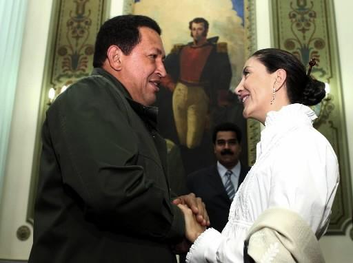 Hugo Chavez et Ingrid Betancourt... (Photo: AFP)