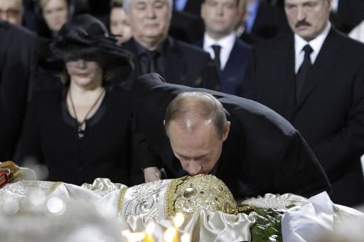 Vladimir Poutine embrasse le front de Alexis II.... (Photo: AP)