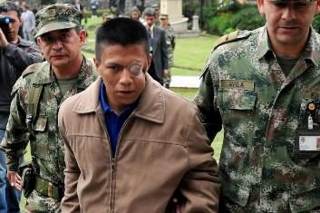 Des soldats colombioens escortent Wilson  Bueno, un... (Photo: AFP)