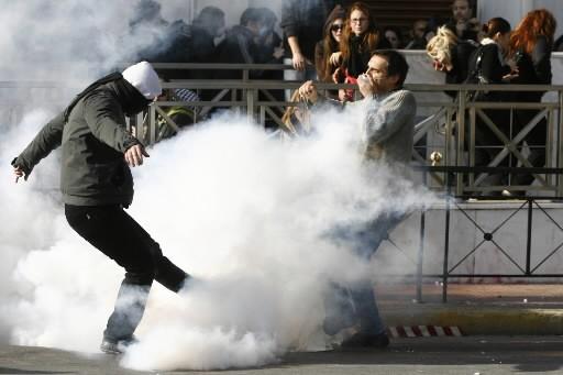 La police a tiré des gaz lacrymogènes contre des dizaines de... (Photo: AFP)