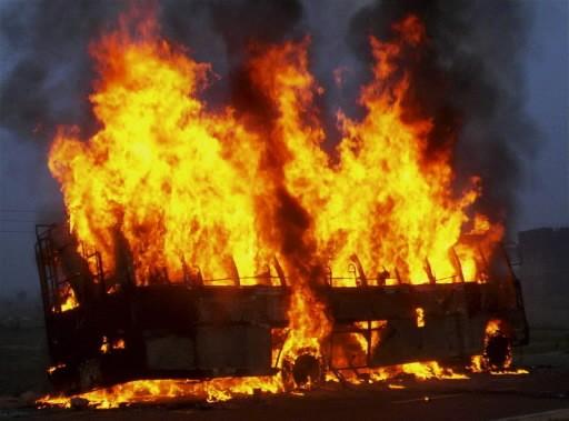 L'autobus en flamme... (Photo: AP)