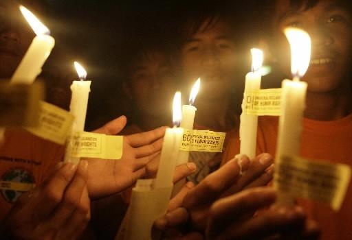 Des jeunes de la Philippines ont allumé des... (Photo: Reuters)