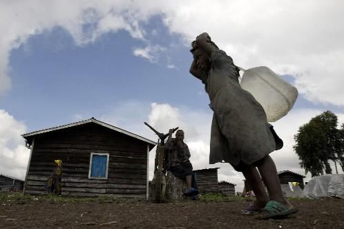 Une fillette transporte de l'eau au camp Kibati,... (Photo: Reuters)