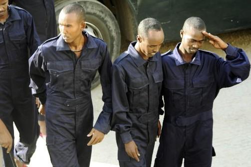 Quatre des huit pirates remis aux autorités kényanes... (Photo: AP)