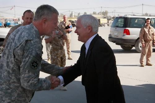 Robert Gates (à droite) est accueilli par le... (Photo: AFP)