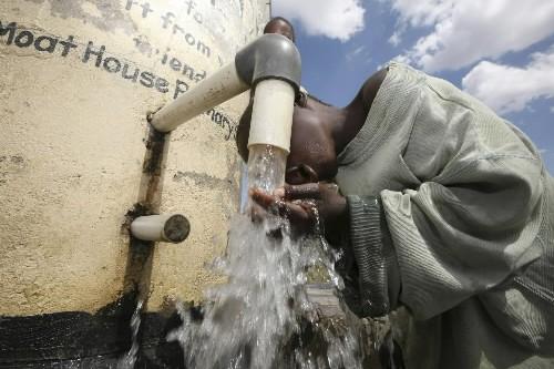 Un jeune garçon s'abreuve à Harare, au Zimbabwe.... (Photo: AFP)