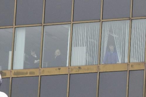 Des gens coincés à l'intérieur de l'UQAM regardent... (Photo: André Pichette, La Presse)