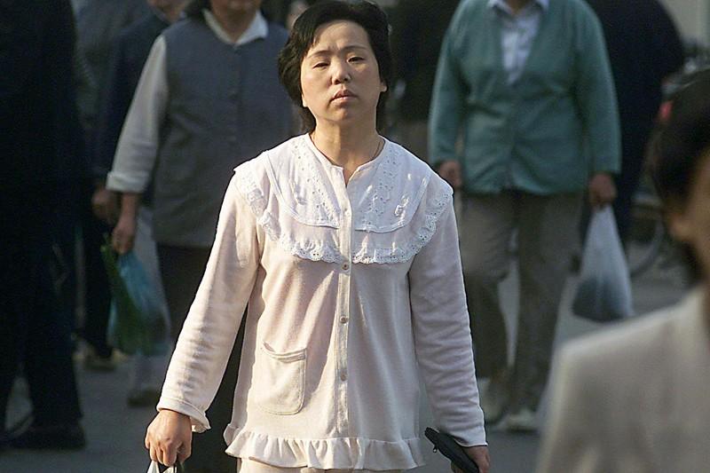 Une femme fait ses courses en pyjama dans... (Photo: AFP)