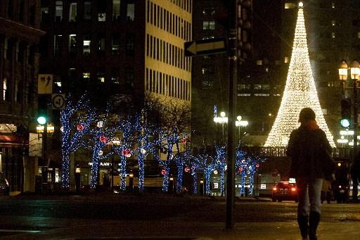 Les arbres enrubannés de l'avenue McGill College et,... (Photo: André Tremblay, La Presse)