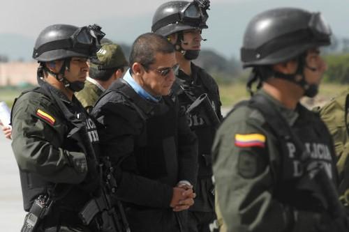 Diego Montoya est escorté par la police à... (Photo: AFP)