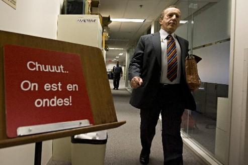 Bernard Derome se dirige vers le studio... (Photo: François Roy, La Presse)