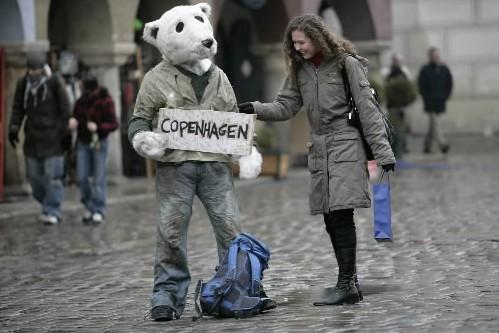 À Poznan, cette jeune femme fait un don... (Photo: Reuters)