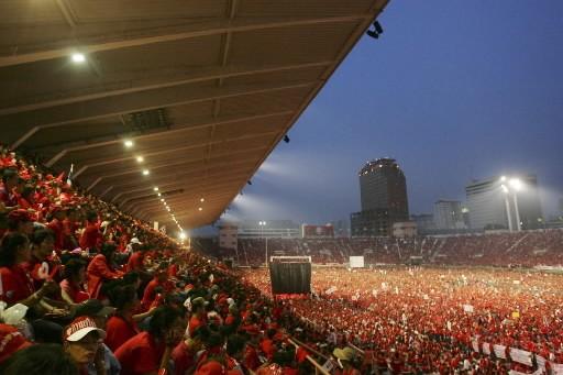 Des dizaines de milliers de personnes, partisans de l'ancien... (Photo: AP)