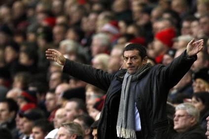 Le gérant du Hull, Phil Brown, tente d'encourager... (Photo: AFP)