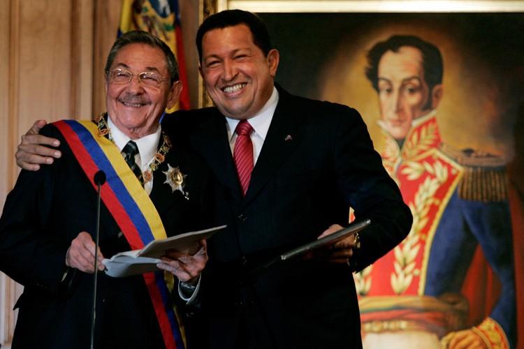 Hugo Chavez a accueilli Raul Castro (à gauche)... (Photo: AP)